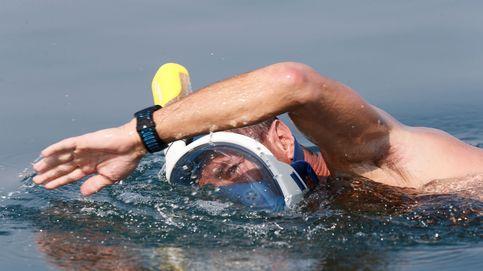Un grupo de activistas se manifiesta nadando en el mar Muerto para mantenerlo 'vivo'