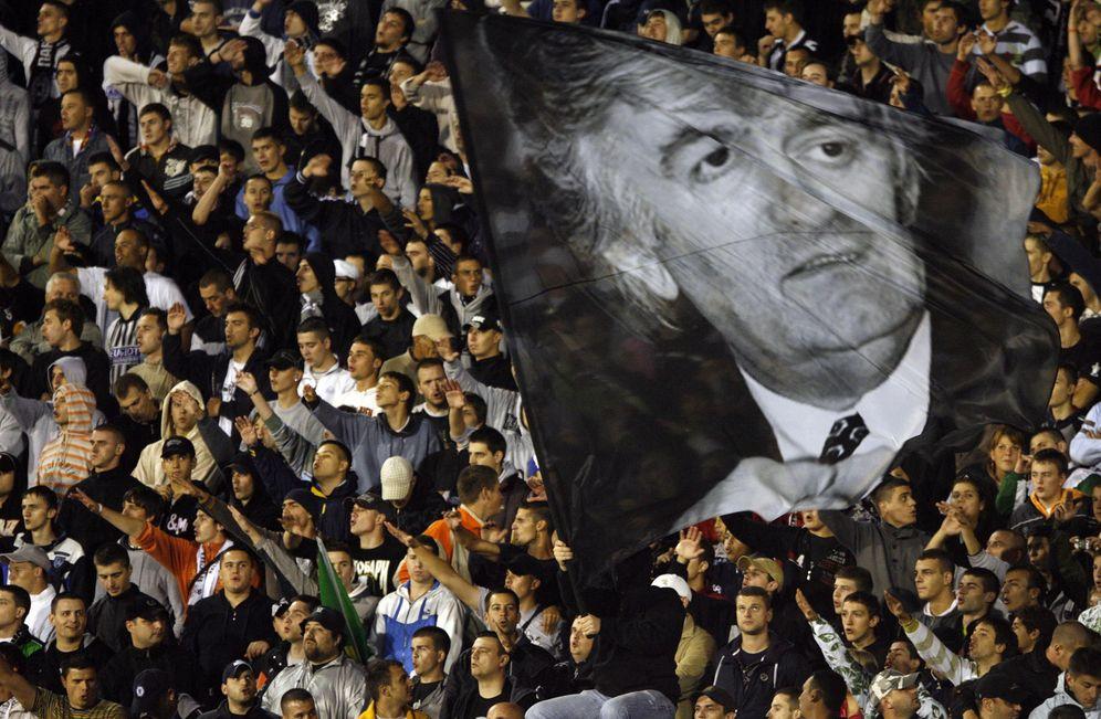Foto: Hinchas del Partizan de Belgrado agitan una foto gigante de Karadzic durante un partido, en julio de 2008 (Reuters)