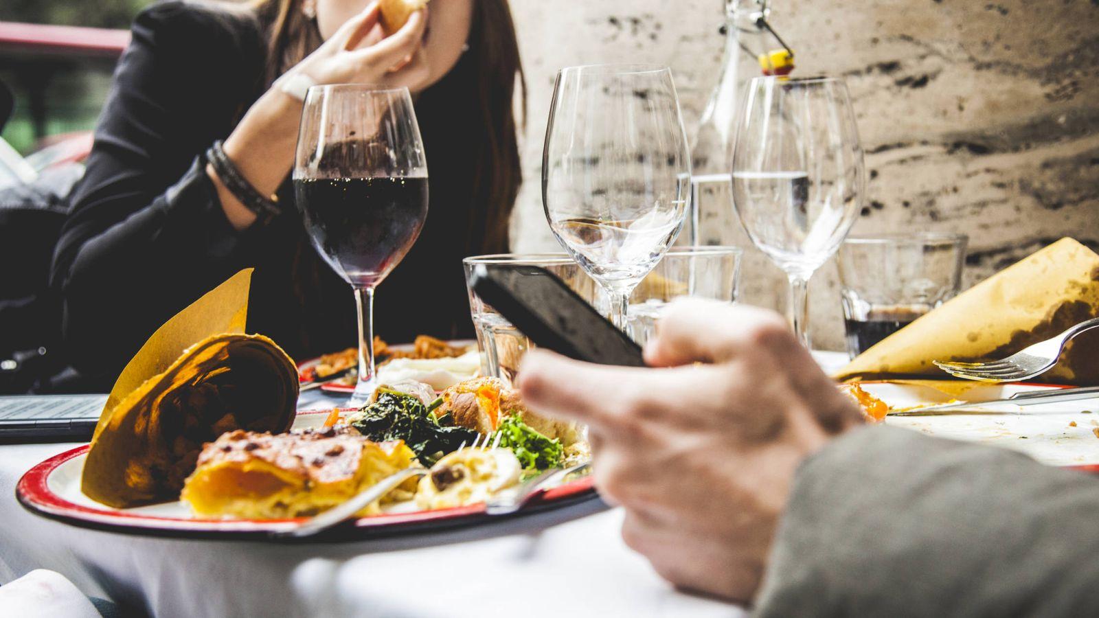cena lujo 10 cosas que nunca debes hacer en una cena