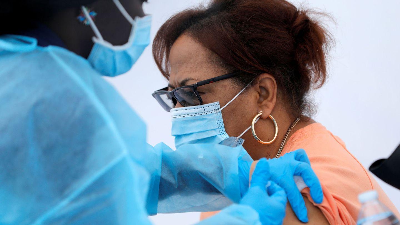 Una enfermera administra la vacuna del covid-19. (Reuters)