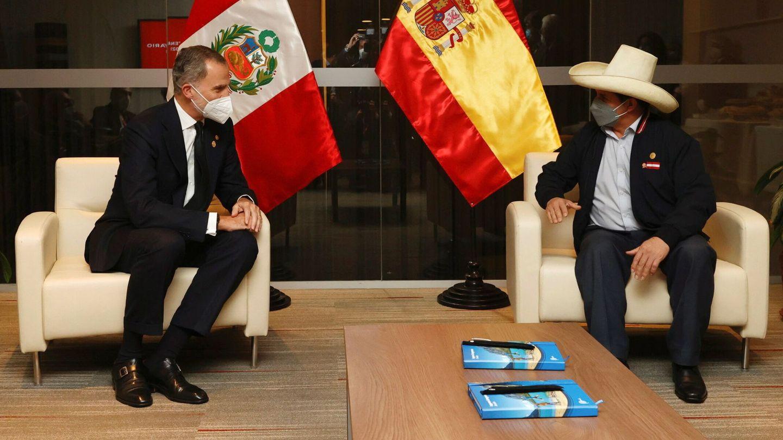 El rey Felipe, con el presidente electo de Perú, Pedro Castillo. (EFE)