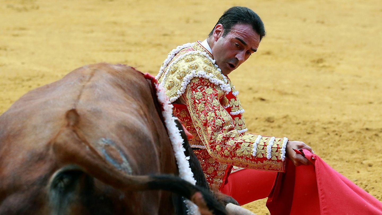 Ponce da un pase durante la feria taurina de la festividad del Corpus de Granada 2021. (EFE)