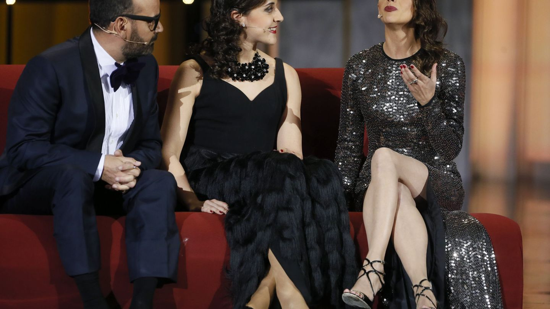 Corbacho, junto a Macarena Gómez y Carolina Marín . (EFE)