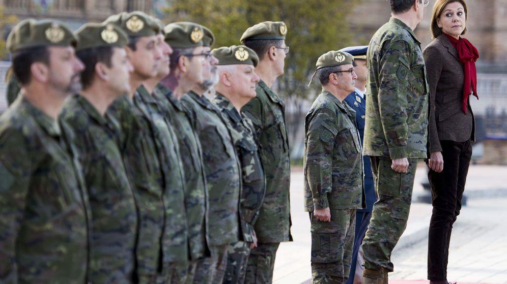 Foto: La ministra de Defensa, María Dolores de Cospedal (d), acompañada por el general Jaime Domínguez Buj (2d), Jefe de Estado Mayor del Ejército. (EFE)