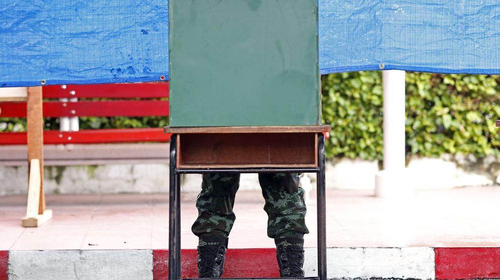 Foto: Un soldado prepara su voto para el referéndum en una barraca electoral de Bangkok. (EFE)