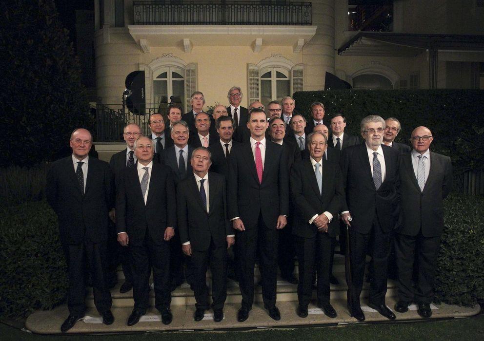 Foto: Foto de familia del Príncipe Felipe junto a los empresarios catalanes y madrileños. (EFE)