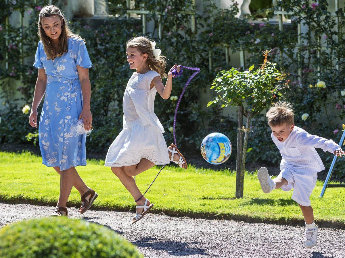 Foto: Estelle y Oscar de Suecia con su niñera, el año pasado. (Cordon Press)
