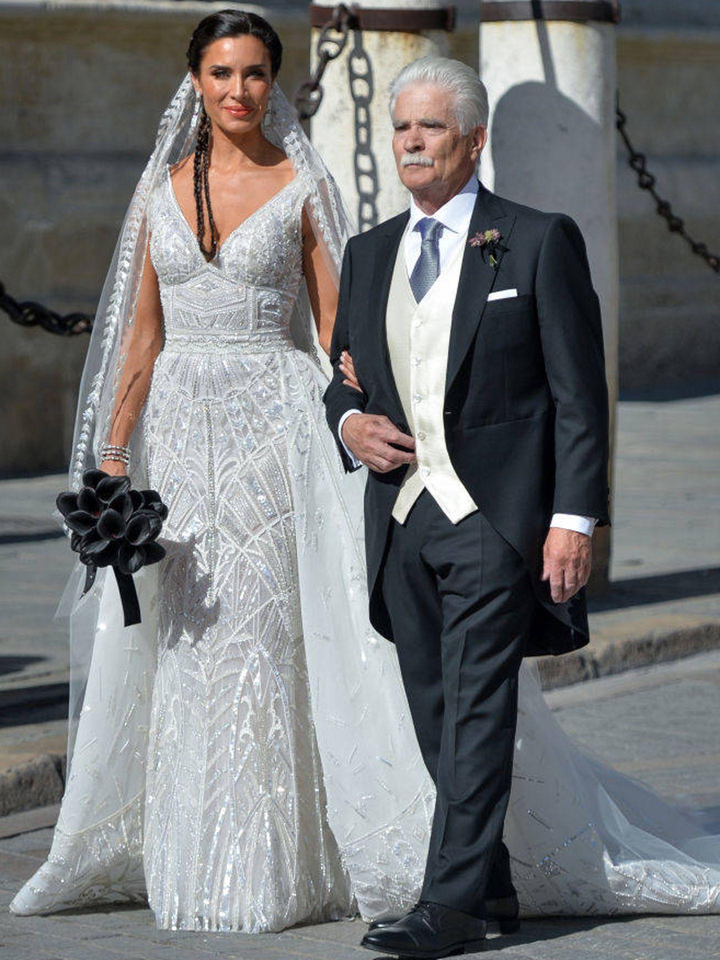 Pilar Rubio del brazo de su padre en su boda. (Getty)