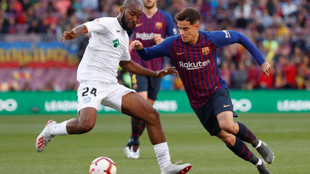 Foto: Coutinho contra Foulquier en el partido contra el Getafe en el Camp Nou. (Reuters)