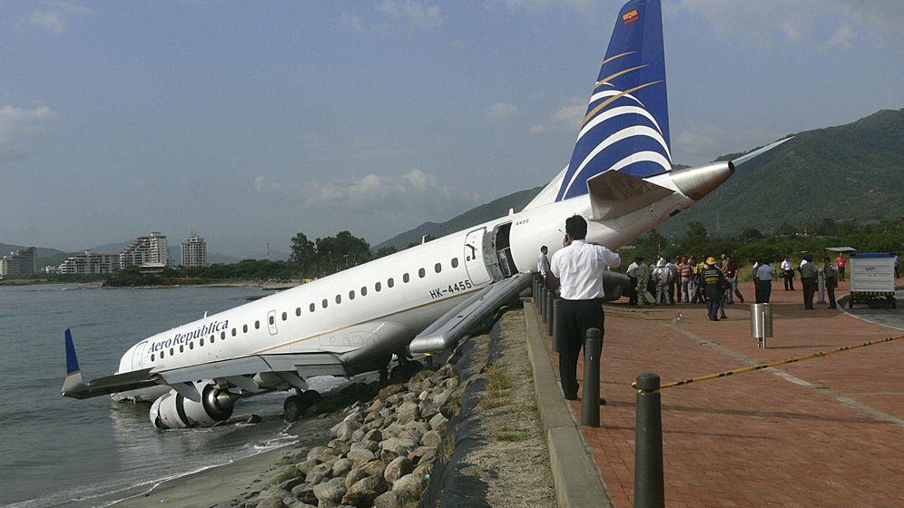 Foto: Un Embraer 190 accidentado después de un aterrizaje de emergencia en el aeropuerto Simón Bolívar, en la ciudad de Santa Marta (Colombia). (Foto: Reuters)
