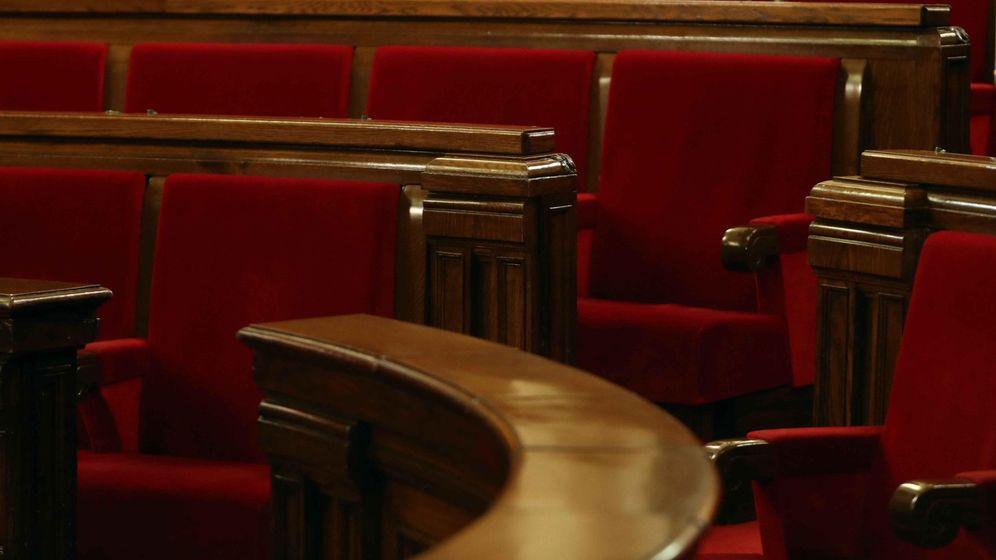 Foto: Vista del escaño ocupado en la pasada legislatura por Carles Puigdemont en el hemiciclo del Parlament. (EFE)