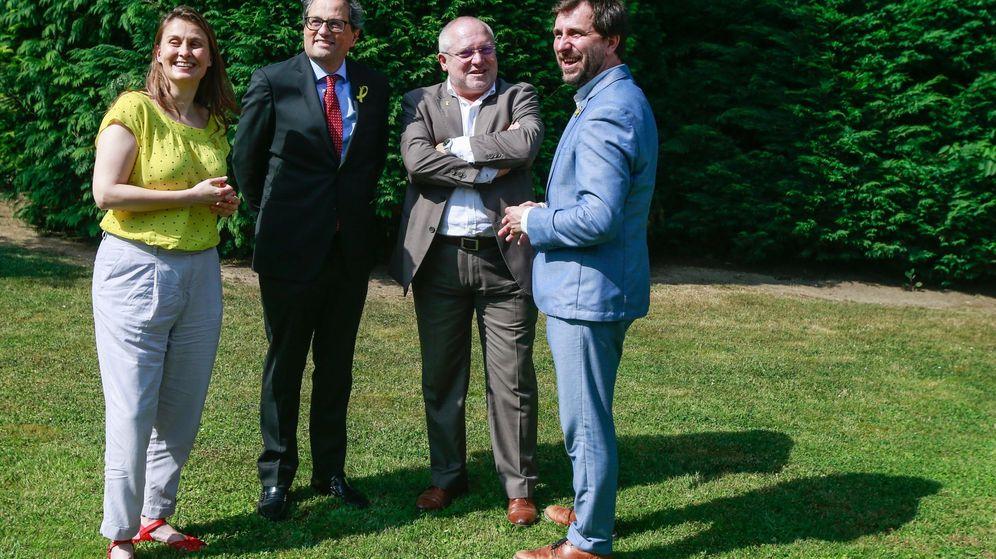 Foto: El presidente de la Generalitat, Quim Torra (2-i), posa con los 'exconsellers' Antoni Comín (d), Lluís Puig (2-d) y Meritxel Serret durante el encuentro que mantuvieron en Waterloo (Bélgica). (EFE)