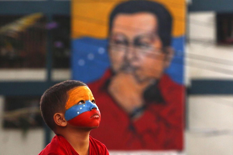 Foto: Un joven simpatizante del chavismo en la puerta del mausoleo del difunto presidente en el primer aniversario de su muerte, el 5 de marzo de 2014 (Reuters).