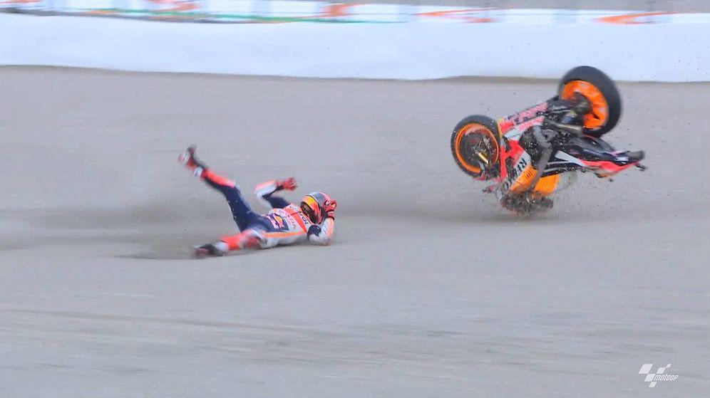 Foto: La caída de Marc Márquez en la clasificación del GP de la Comunidad Valenciana. (MotoGP)