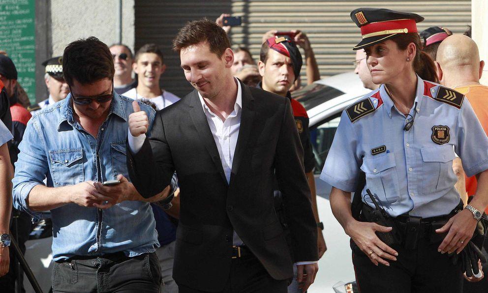 Foto: El Barcelona 'paga' la multa de Messi con Hacienda, pero no evita verle en el banquillo