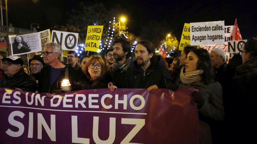 Foto: El líder de Podemos, Pablo Iglesias (2d), durante una reciente manifestación contra la pobreza energética. (EFE)