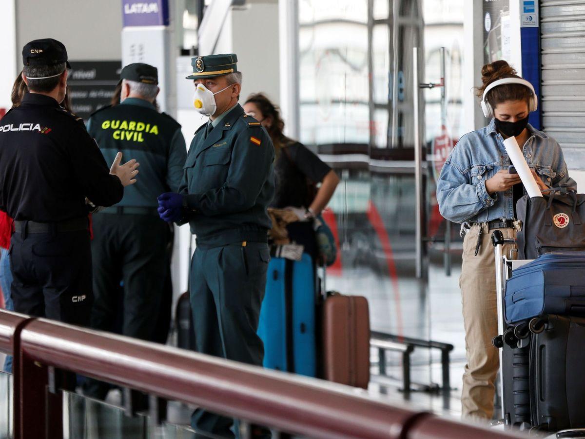 Foto: Un grupo de viajeros, junto a agentes de la Policía Nacional y la Guardia Civil de España. (EFE)