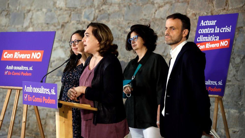 Foto: La alcaldesa de Barcelona, Ada Colau (i) junto a la número uno al Senado, Rosa Lluch (2ªd), y el número uno al Congreso, Jaume Asens (d), durante un acto preelectoral. (EFE)