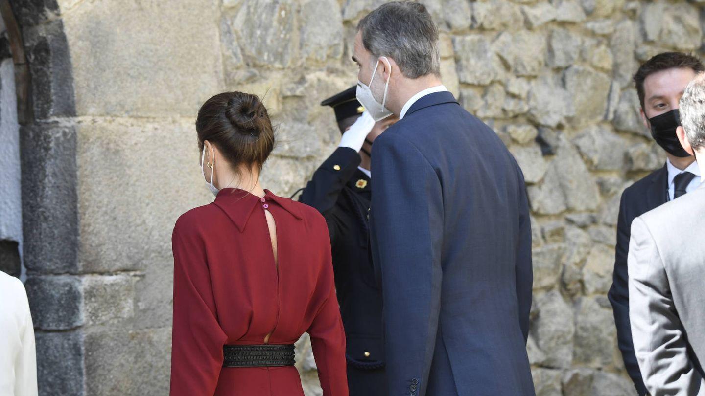 La Reina, con la espalda del vestido cosida. (LP)