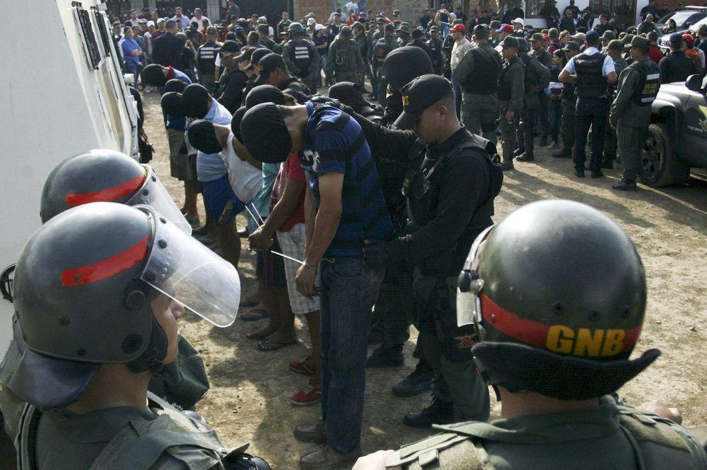 Foto: Soldados venezolanos detienen a supuestos miembros de un grupo paramilitar colombiano en San Antonio, estado de Tachira. (Reuters)