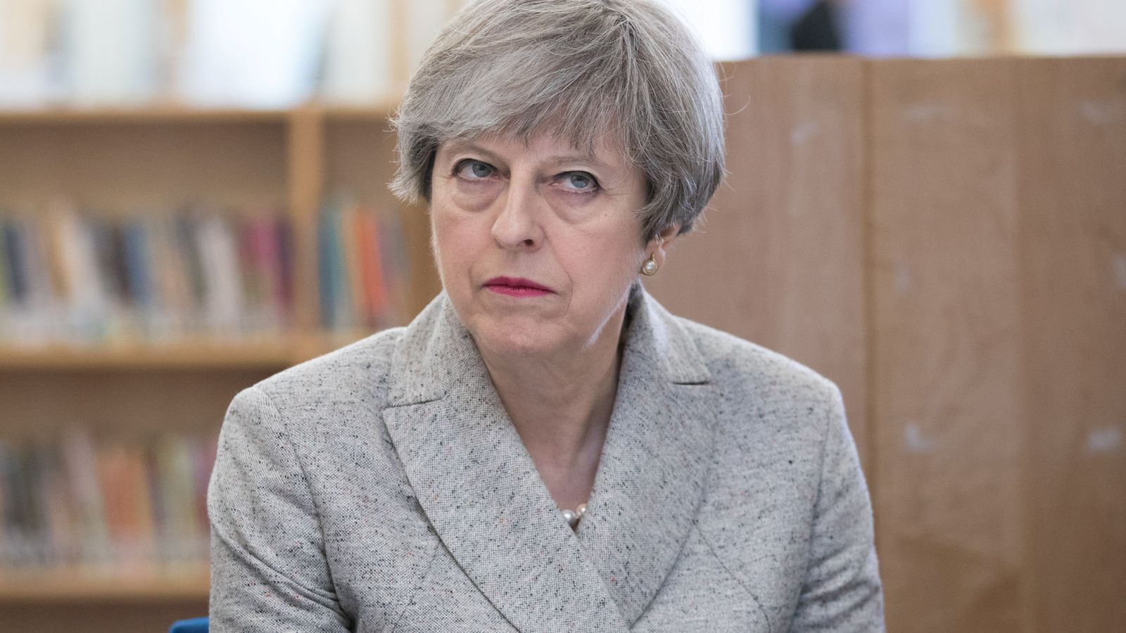 Foto: Theresa May durante un encuentro con profesores en una escuela de Bristol, el 27 de junio de 2017. (Reuters)