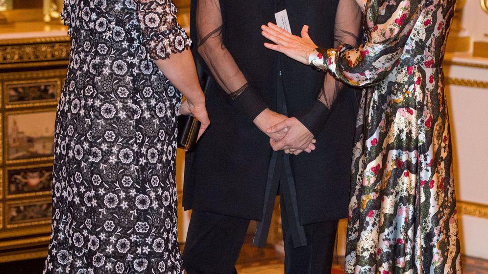Foto: La duquesa conversa con Anna Wintour y Caroline Rush. (Reuters)