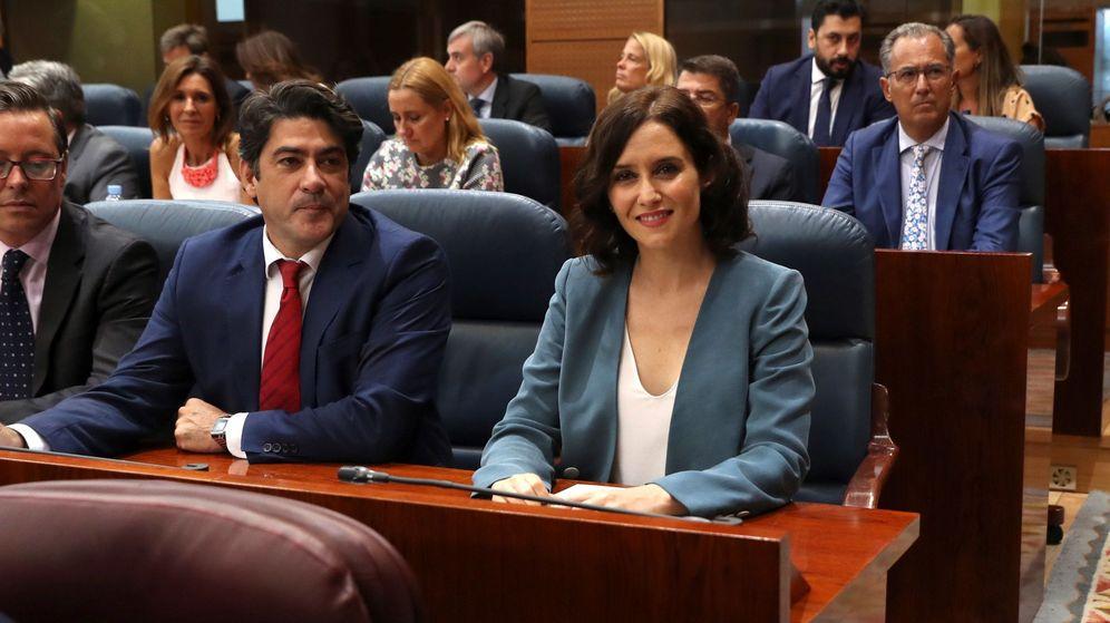 Foto:  La candidata del PP a la Presidencia de la Comunidad de Madrid, Isabel Díaz Ayuso, acompañada del diputado de su partido David Pérez. (EFE)