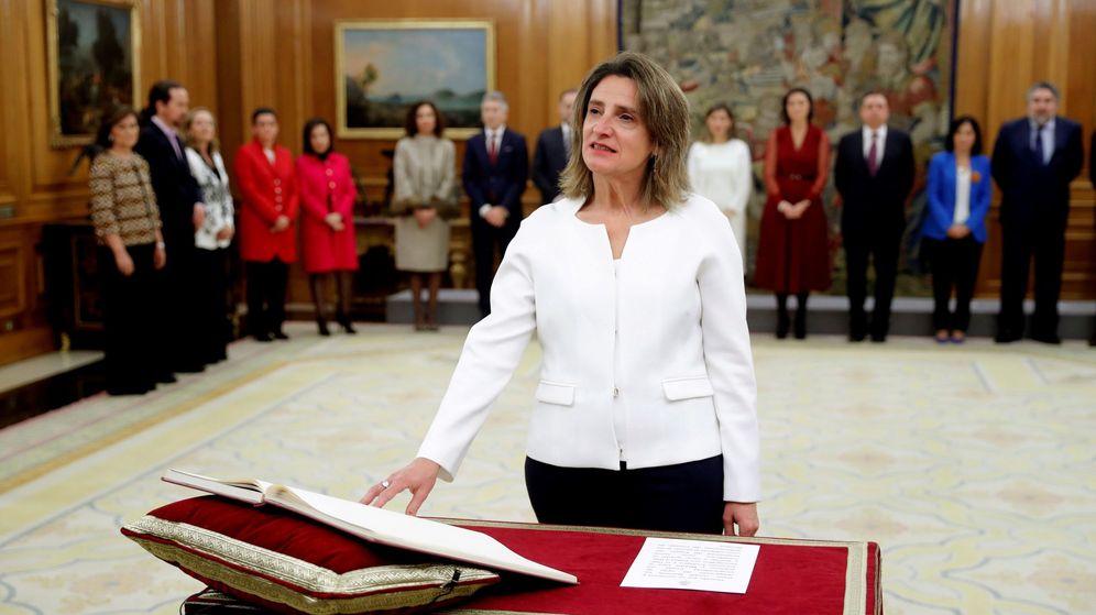 Foto: La vicepresidenta de Transición Ecológica y Reto Demográfico, Teresa Ribera, promete su cargo ante Felipe VI. (EFE)