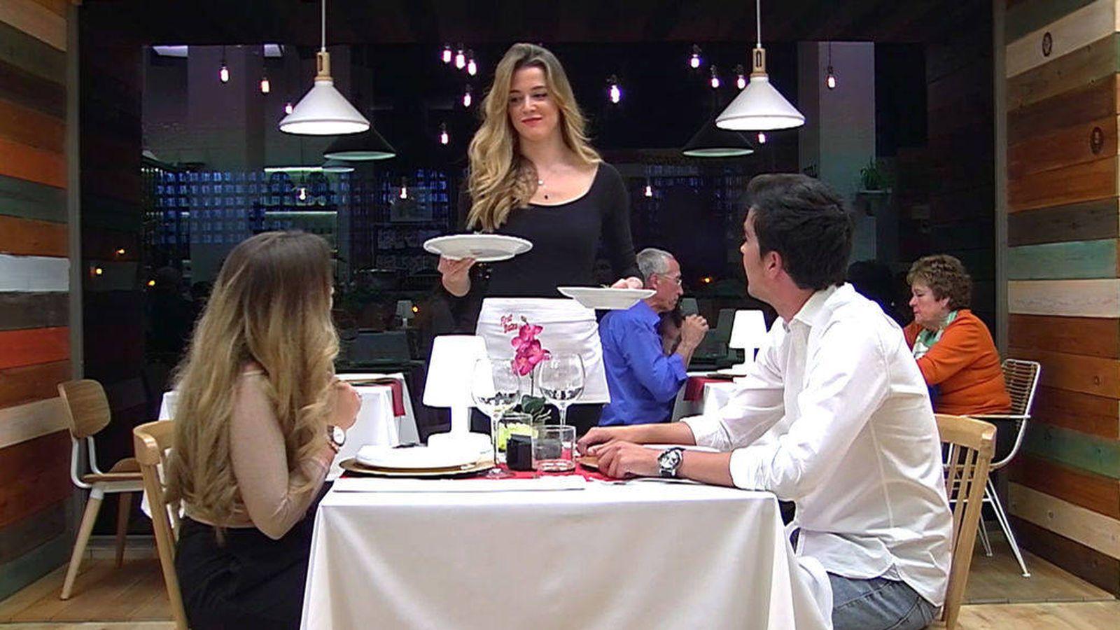Foto: Ni Natalia ni Yulia saben dónde está Cáceres en 'First dates'.