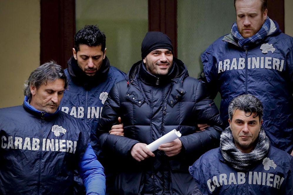 Foto: El supuesto jefe de la Camorra, Alessandro Giannelli, tras ser arrestado cerca de Caserta, Nápoles. (EFE)