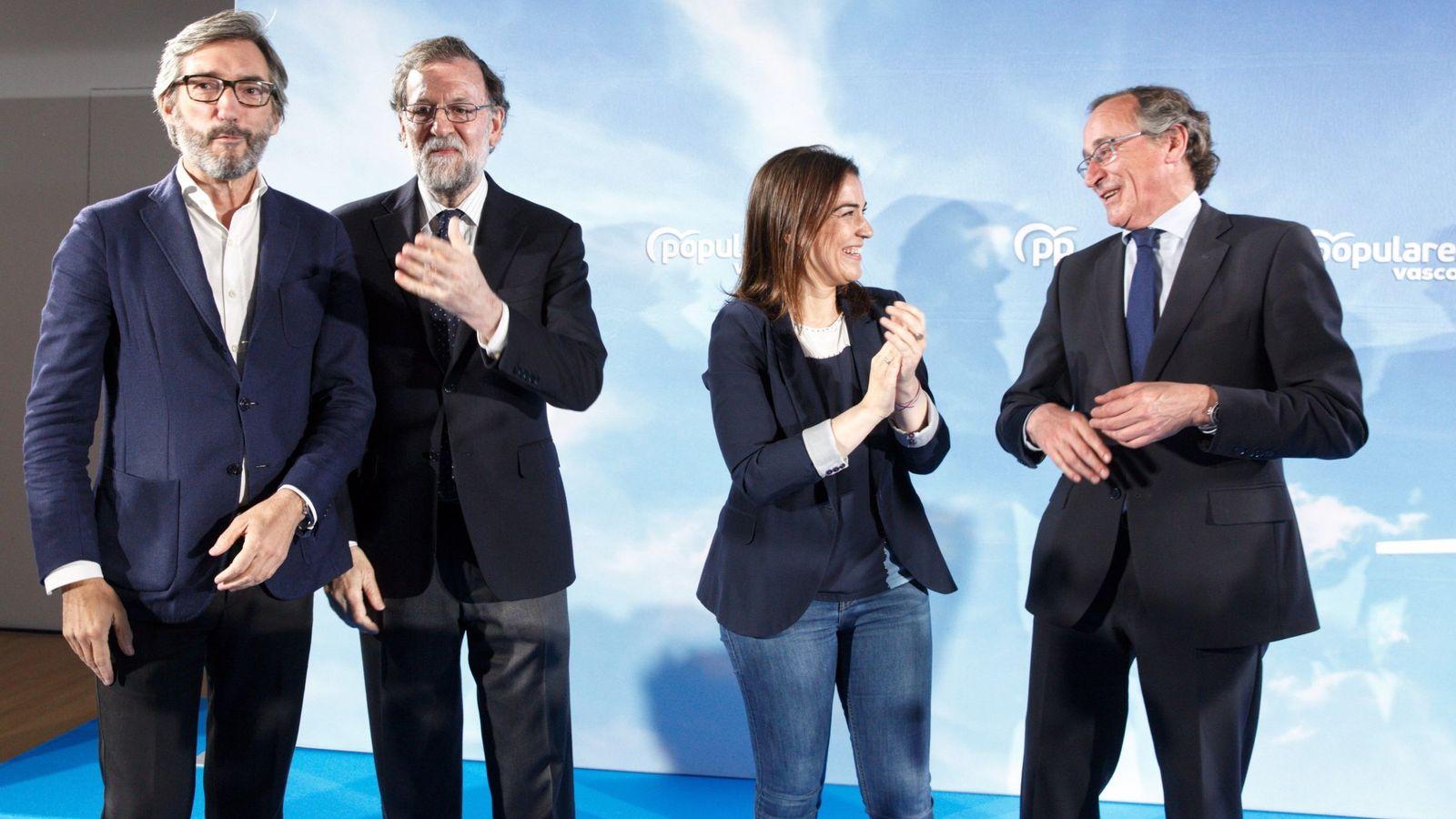 Foto: Rajoy junto a Iñaki Oyarzabal, Leticia Comerón y Alfonso Alonso esta tarde en Vitoria. (EFE)