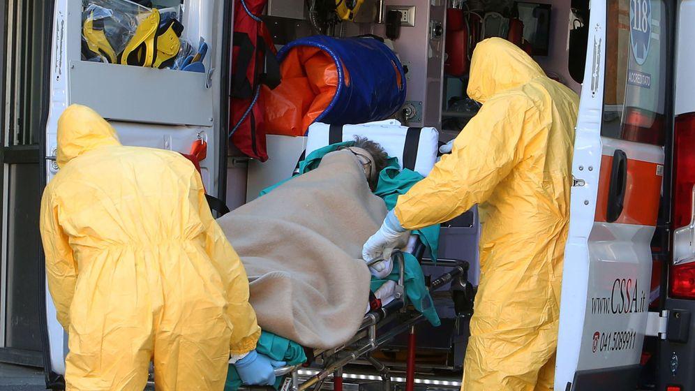Foto: Ambulancias y trabajadores sanitarios del hospital de Padua, en el norte de Italia, atendiendo a un enfermo. (EFE)