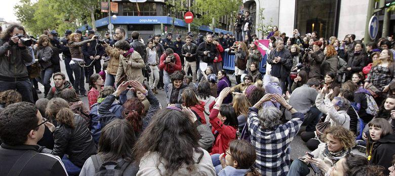 Foto: Cientos de personas se manifiestan frente a la sede del PP en la calle Génova (EFE)