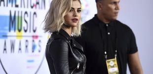Post de Selena sorprende de rubia en la alfombra roja de los American Music Awards
