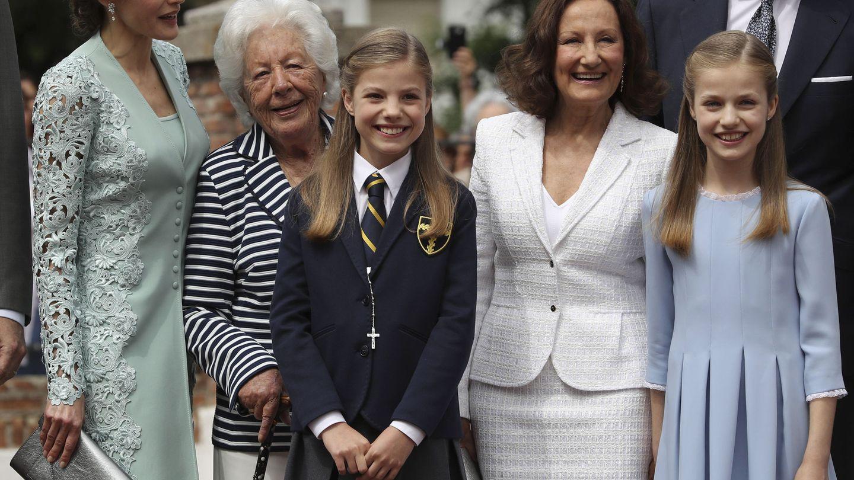 La infanta Sofía, junto a su madre, su hermana, su abuela y bisabuela maternas y el príncipe Konstantin de Bulgaria, el día de su primera comunión. (EFE/Ballesteros)