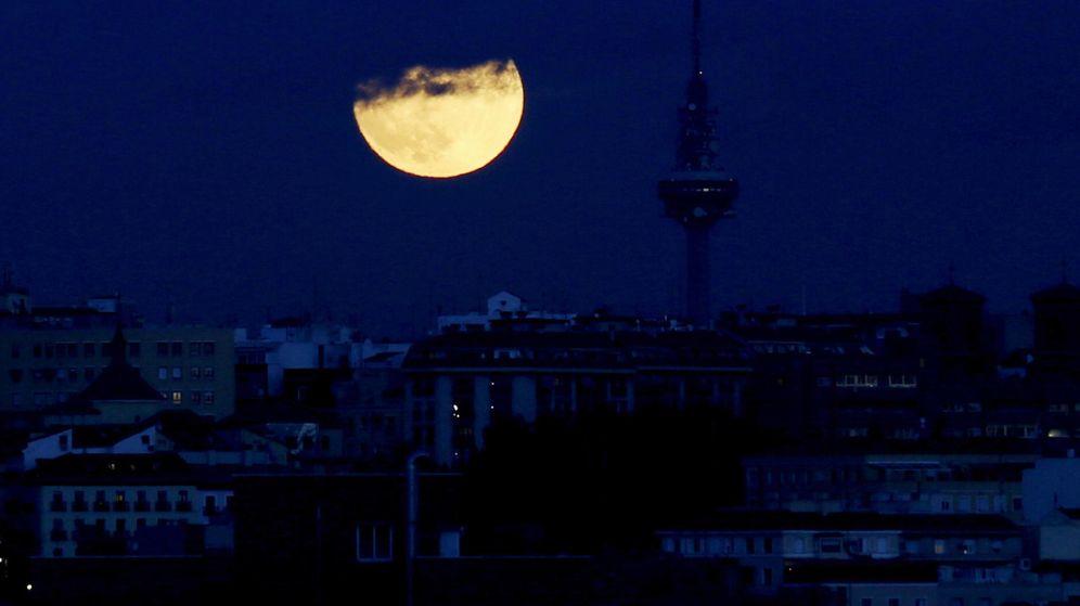 Foto: Anochecer en Madrid con la efigie de Torrespaña al fondo. (EFE)
