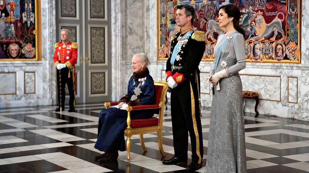 Foto: La reina, con su hijo Federico y su nuera. (Reuters)