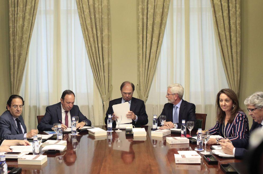 Foto: El presidente del Senado, Pío García-Escudero (3i), preside la reunión de la Mesa de la Cámara Alta de este sábado. (EFE)