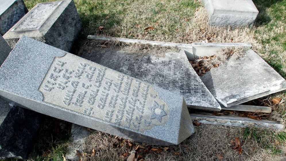 Foto: Una lápida arrancada en un cementero en Filadelfia, el 27 de febrero de 2017 (Reuters)