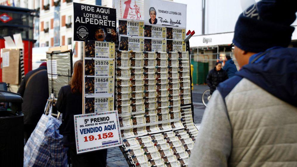Foto: Puestos de venta de lotería instalados en la madrileña Puerta del Sol. (EFE)
