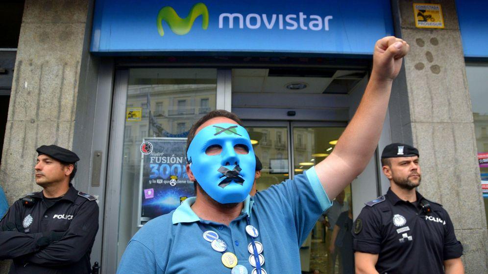 Foto: Trabajadores de Movistar protestan frente a una tienda de la compañía el pasado mayo. (Foto: Corbis)