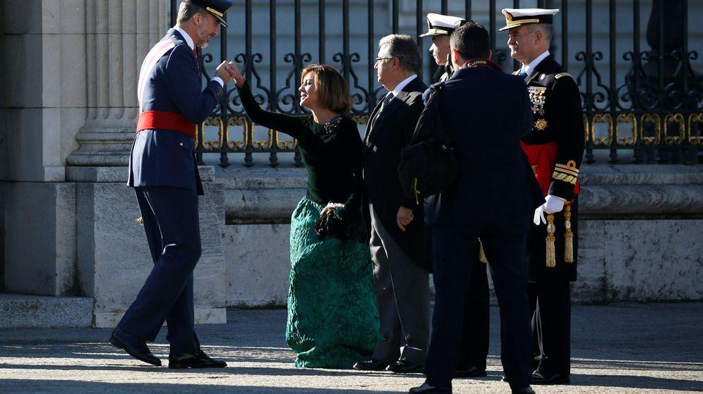 Foto: La ministra de Defensa, María Dolores de Cospedal, saluda a Felipe VI durante la celebración de la Pascua Militar. (Reuters)