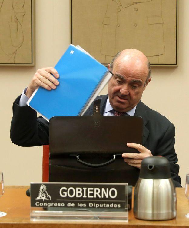 Foto: El ministro de Economía, Luis de Guindos, en el Congreso. (EFE)