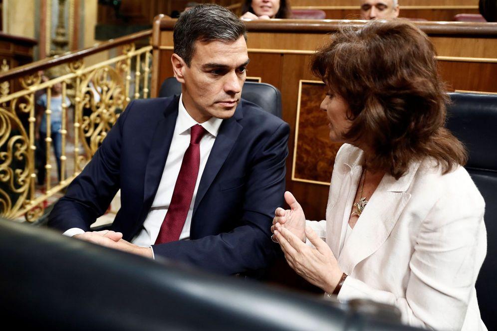 Foto: Pedro Sánchez, con su vicepresidenta, Carmen Calvo, el 12 de septiembre en el Congreso. (EFE)