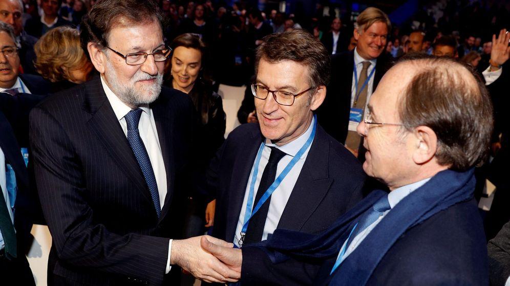Foto: El expresidente del gobierno Mariano Rajoy (i), saluda al presidente del Senado, Pío García-Escudero (d), en presencia del presidente de la Xunta de Galicia, Alberto Núñez Feijóo (c). (EFE)