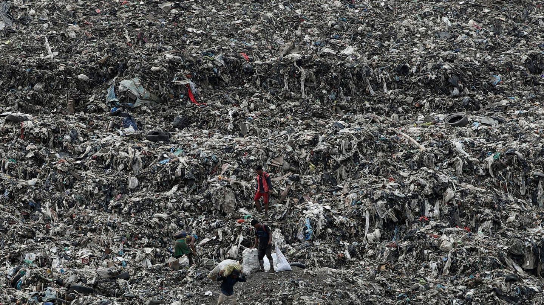 Los envases plásticos que no se reciclan pueden acabar en vertederos o, incluso, contaminando la naturaleza. (EFE)