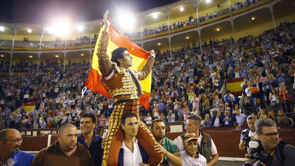Foto: Miguel Ángel Perera, al abrir la puerta grande de Las Ventas en 2017. (EFE)