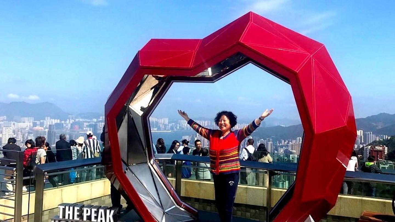 Una mujer posa en The Peak, una parte que estaba prohibida para los chinos en Hong Kong. (J. B.)