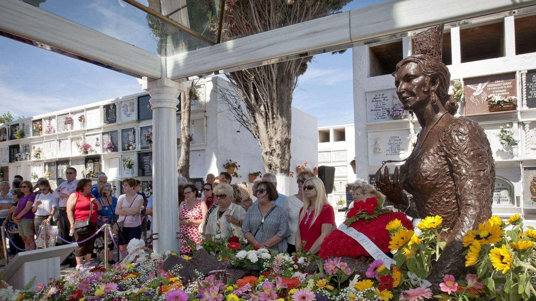 Son miles los fans que cada año se acercan al cementerio de Chipiona a rendir tributo a la gran artista. (EFE)