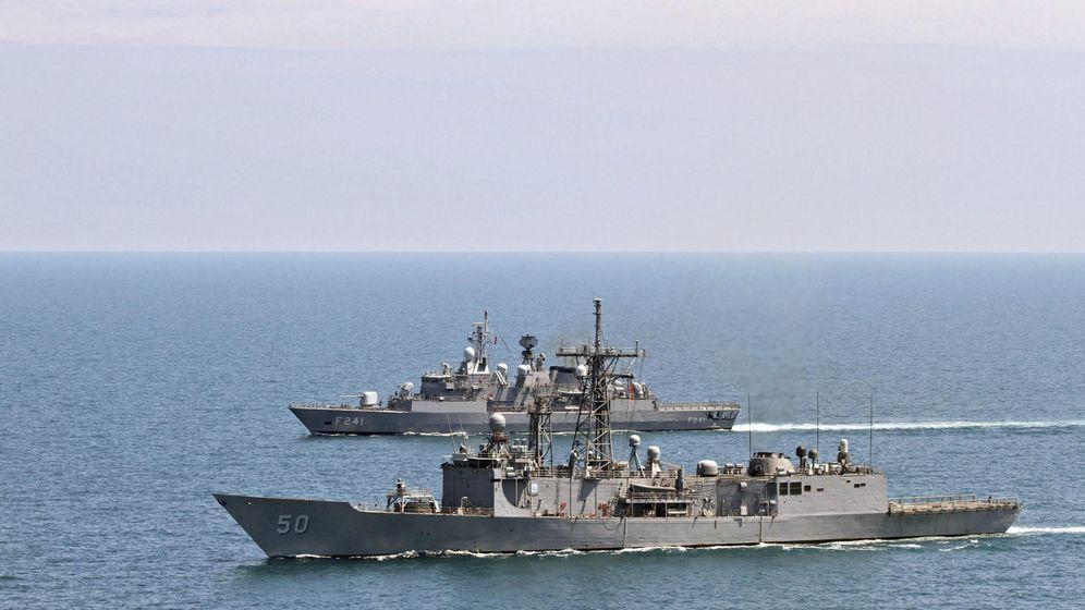 Foto: Una fragata turca y otra estadounidense durante unas maniobras en el mar negro. (EFE)